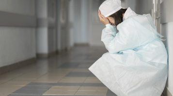 Covidoví pacienti naďalej umierajú osamote. Kňaz k nim môže, ale najbližší príbuzní, ani tí zaočkovaní, nie.