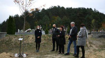 V Kamenici nad Cirochou smútia za obeťami covidu. Vysadili krásnu lipu na ich počesť
